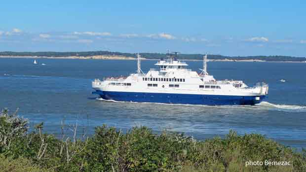Le bac-ferry quitte Le Verdon en direction de la côte charentaise